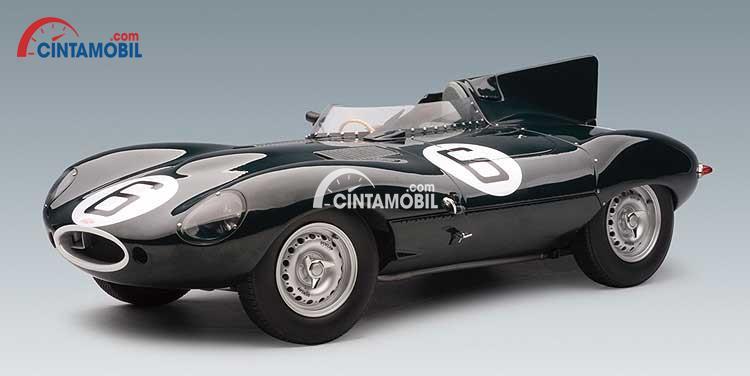 Gambar yang menunjukan obil Jaguar D-Type keluaran tahun 1955 berwarna hitam