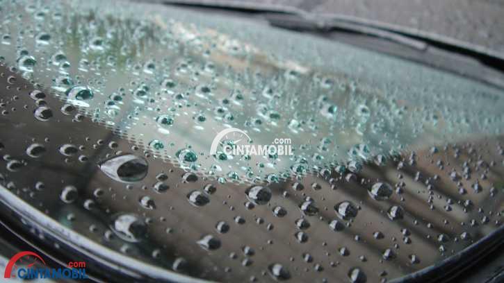 Butiran air bisa tinggalkan noda di kaca mobil