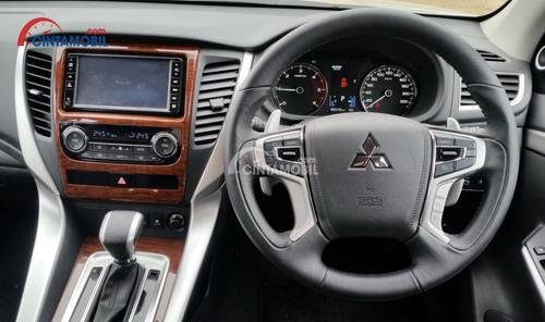 Interior Mitsubishi Pajero Sport dikemas cukup atraktif dengan penggabungan ornamen kayu di beberapa sisinya