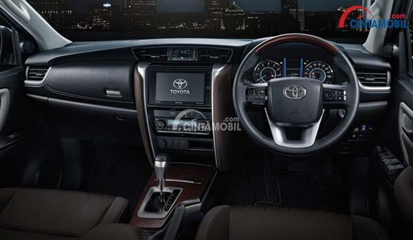 Interior Toyota Fortuner berbalut konsep mewah dengan dominasi warna hitam dan cokelat
