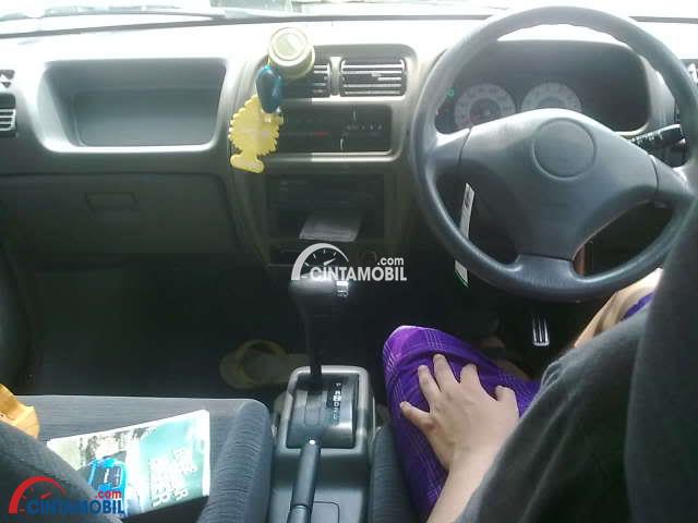 gambar dashboard dan setir suzuki every plus 2003 dengan seorang pengemudi