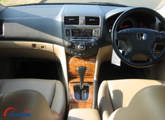 Dashboard Honda Accord 2003 dikemas cukup elegan sehingga Anda dapat tampil lebih percaya diri