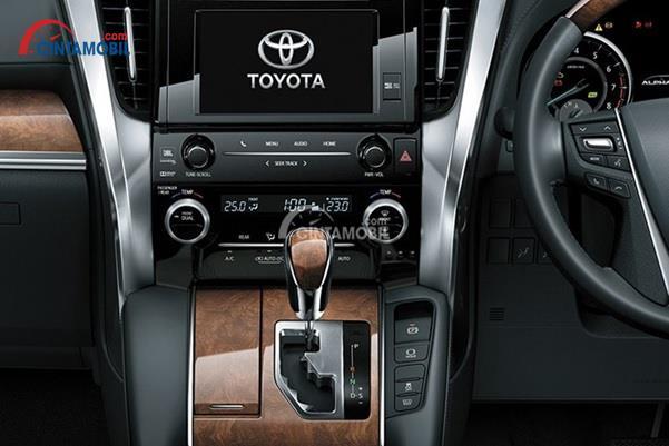 Toyota Alphard Hybrid 2015 Memadukan Panel Kayu Pada Dasbor dan Konsol Tengahnya
