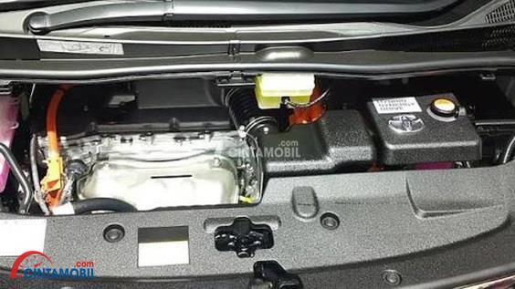 Gambar bagian mesin mobil Toyota Alphard Hybrid 2015 dengan tenaga cukup besar