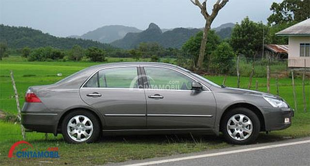 Eksterior samping Honda Accord 2003 masih menggunakan pelek berdesain standar