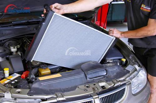 Gambar radiator besar akan di pasang ke mobil bekas dengan tahun pembuatan tua.
