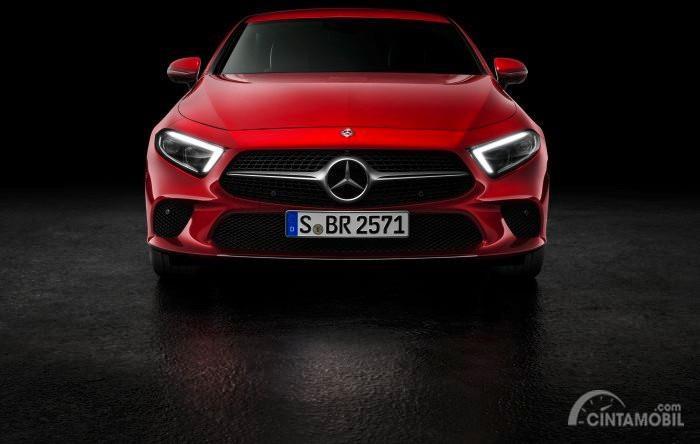 Wajah Baru Mercedes-Benz CLS 450 2018 berwarna merah dilihat dari sisi depan