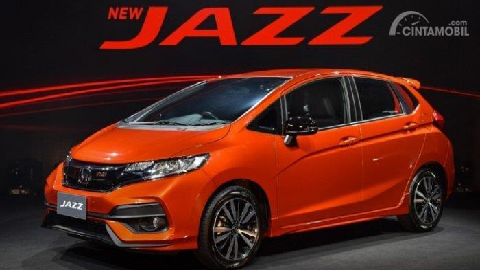 Gambar yang menunjukan mobil baru Honda Jazz RS berwarna orange di pameran