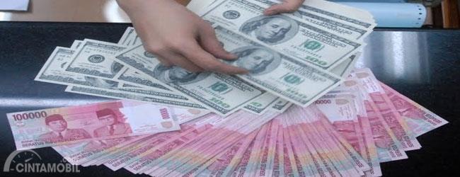 Gambar yang menunjukan uang kertas dollar bersamaan dengan uang kertas rupiah