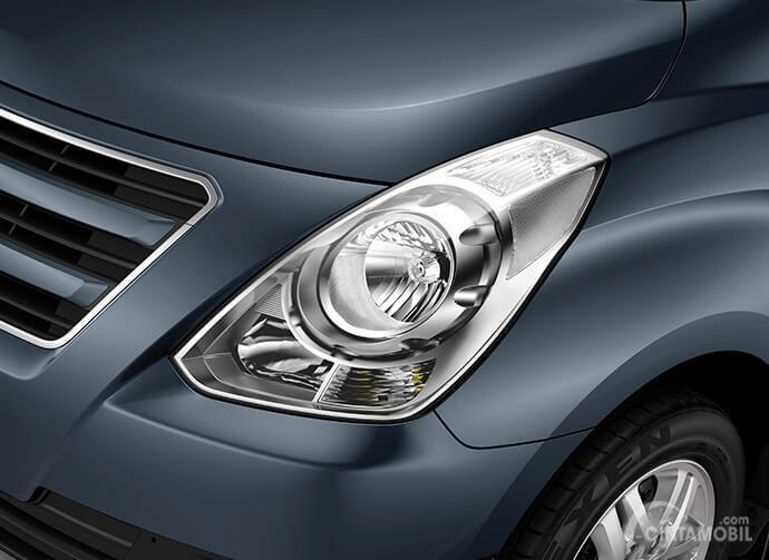 Eksterior depan Hyundai Starex Mover CRDi 2012 menggunakan lampu Multi Focus Reflector yang mampu memberikan fungsi pencahayaan optimal