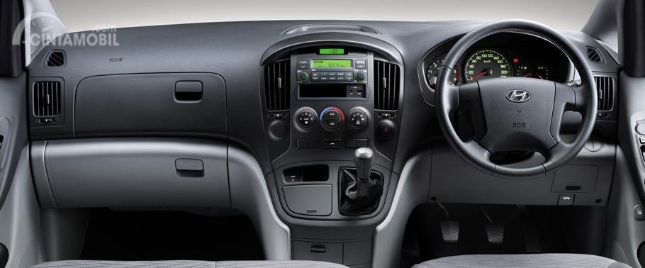 Dashboard Hyundai Starex Mover CRDi 2012 menghadirkan beragam tombol multifungsi yang diposisikan dekat dengan pengendara