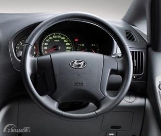 Setir Hyundai Starex Mover CRDi 2012 menggunakan desain standar berpalang 4