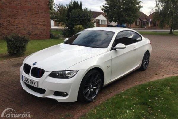 Gambar yang menunjukan mobil baru BMW 320i dari Seri 3 berwarna putih