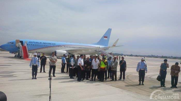 Gambar yang menunjukan Presiden Jokowi yang sedang mengunjungi Bandara Internasional Kertajati