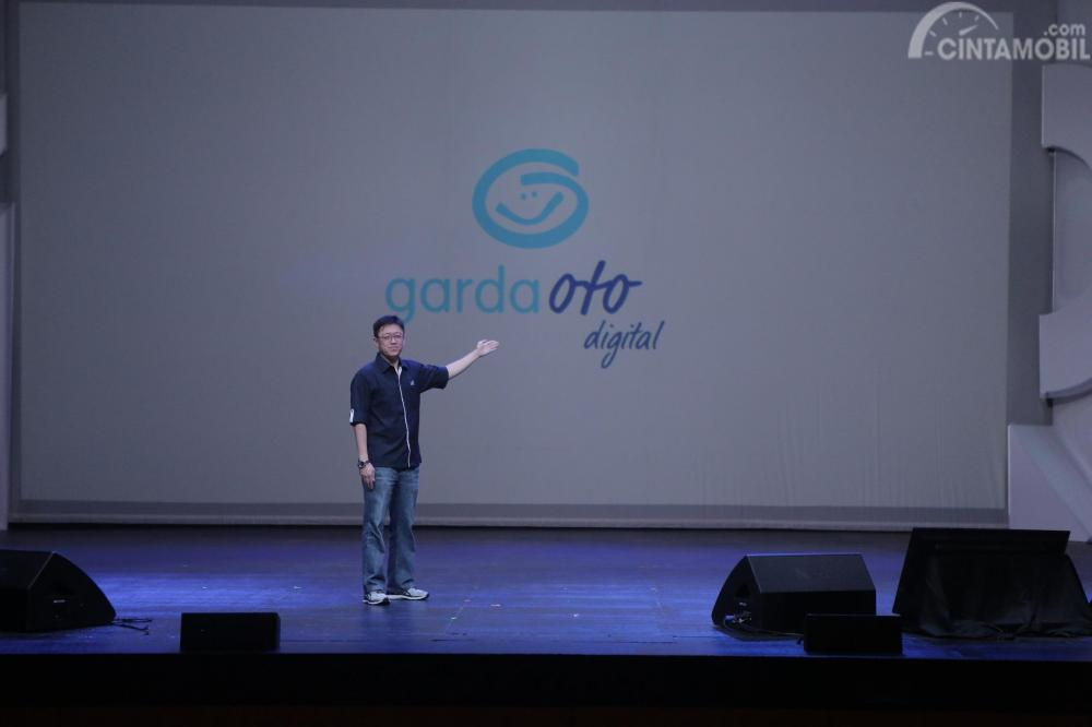 Gambar yang menunjukan CEO Astra sedang memperkenalkan Garda Oto Digital kepada wartawan