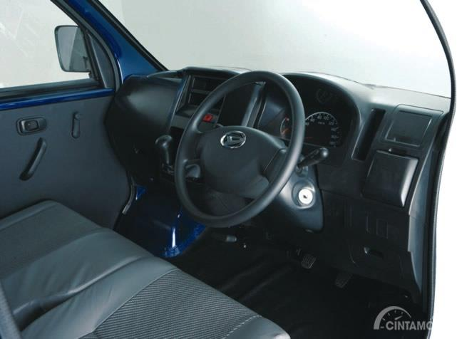 Setir Daihatsu Gran Max Pick Up 2007 dikemas sederhana yang hanya diperindah dengan balutan krom mengilap pada logonya