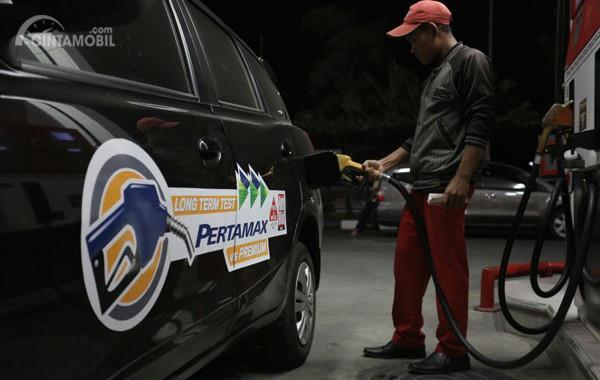 Gambar yang menunjukan mobil yang sedang mengisi bahan bakar pertamax