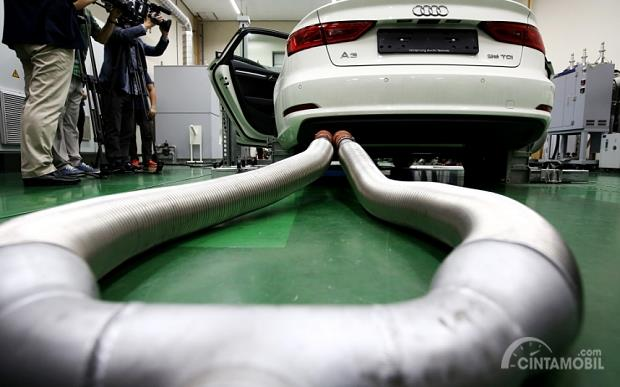 Gambar yang menunjukan mobil baru Audi yang sedang mendapatkan pengujian emisi