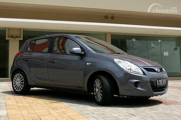 Gambar yang menunjukan mobil bekas dari Hyundai berwarna abu-abu