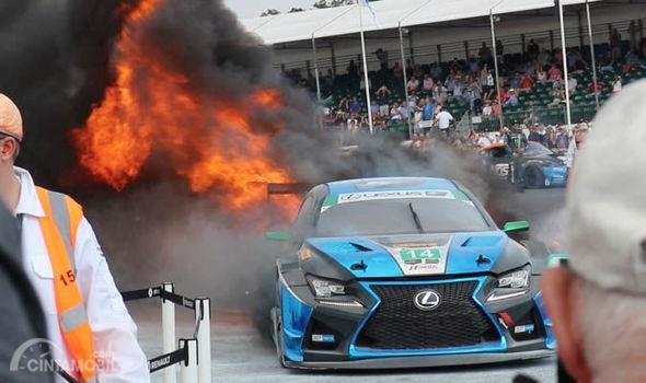 Gambar yang menunjukan mobil balap Lexs RC F GT3 yang terbakar di Goodwood Festival of Speed