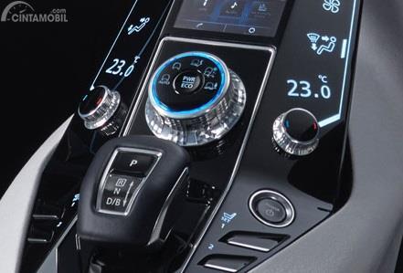 Fitur Hiburan Mitsubishi E-Evolution Concept 2017 dikemas dengan tema futuristik yang didominasi warna hitam, biru dan putih