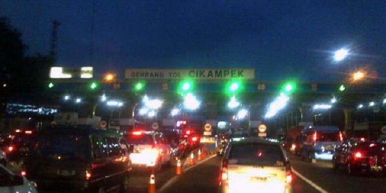 kemacetan di Tol Cikampek pada malam hari