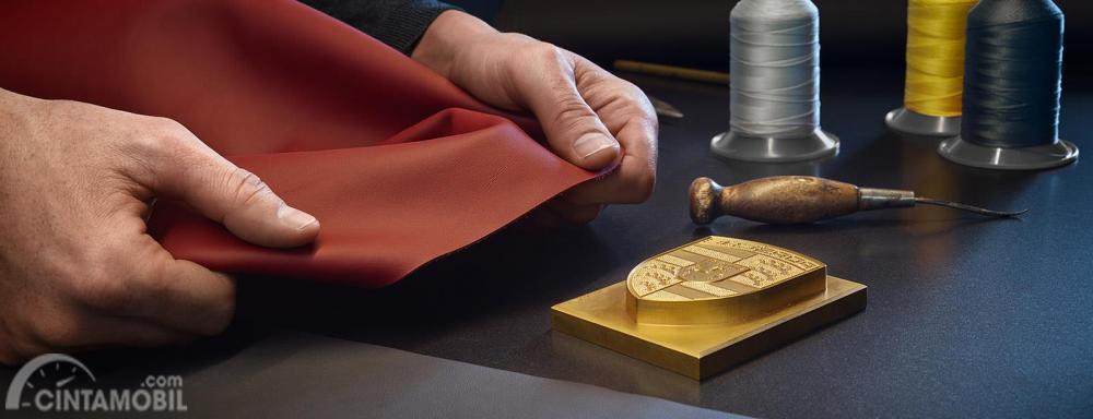 Porsche Exclusive Manufactur Interior Material & Porsche Crest