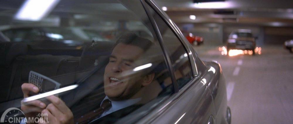 BMW dalam film Tomorrow Never Dies 1997
