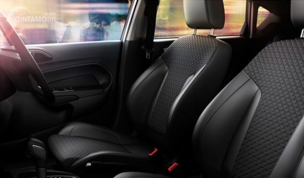 Ford Fiesta 1.5 L Sport menggunakan jok kursi berdesain sporty yang tampil nyaman untuk seluruh penumpang