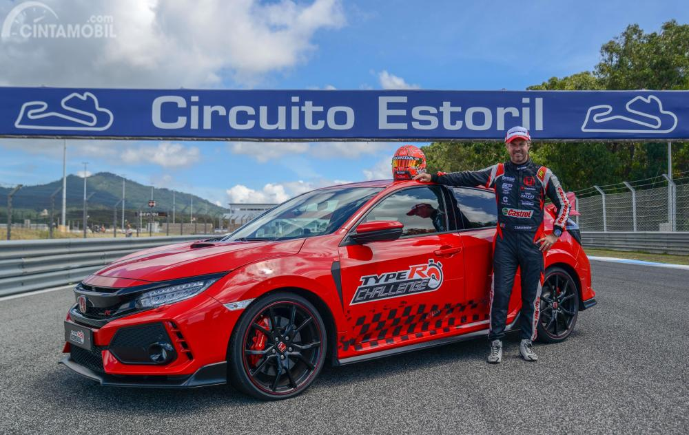 Berpose bersama Civic Type R di sirkuit Estoril Portugal