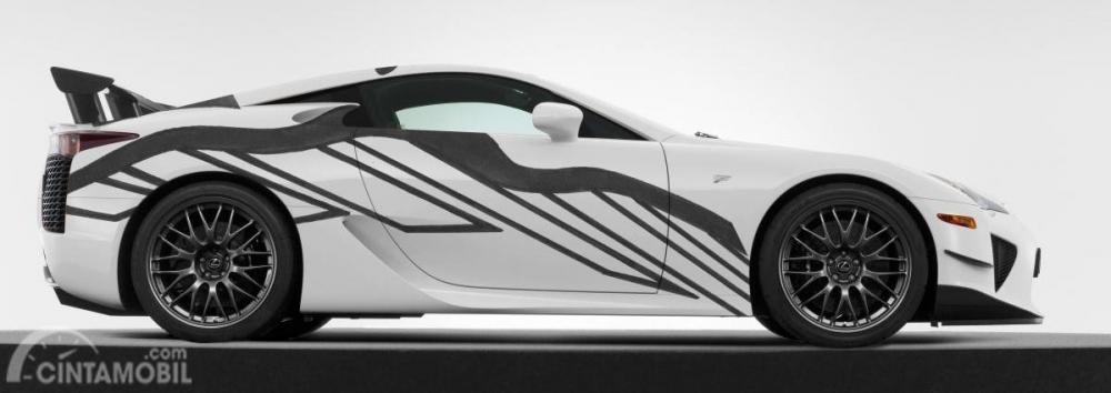 Gambar LFA Art Car tampak dari samping