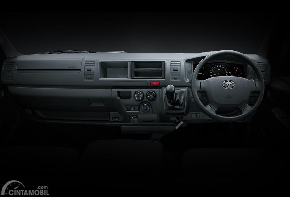 Dashboard Toyota Hi-Ace menghadirkan banyak fitur wadah sehingga memudahkan Anda dalam menaruh barang