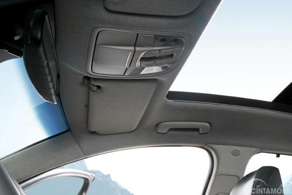 Hyundai Santa Fe XG menggunakan Panorama Roof sehingga penumpang dapat menikmati sajian pemandangan alam dari dalam kabinnya