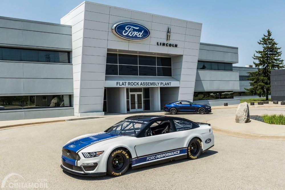 foto Ford Mustang NASCAR di kantor Ford