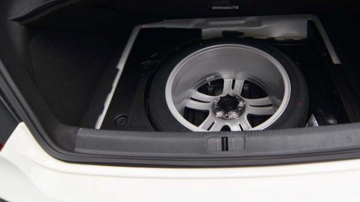 Gambar yang menunjukan ban serap yang ada pada bagasi sebuah mobil