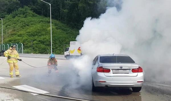 Gambar yang menunjukan mobil BMW yang terbakar di Korea Selatan