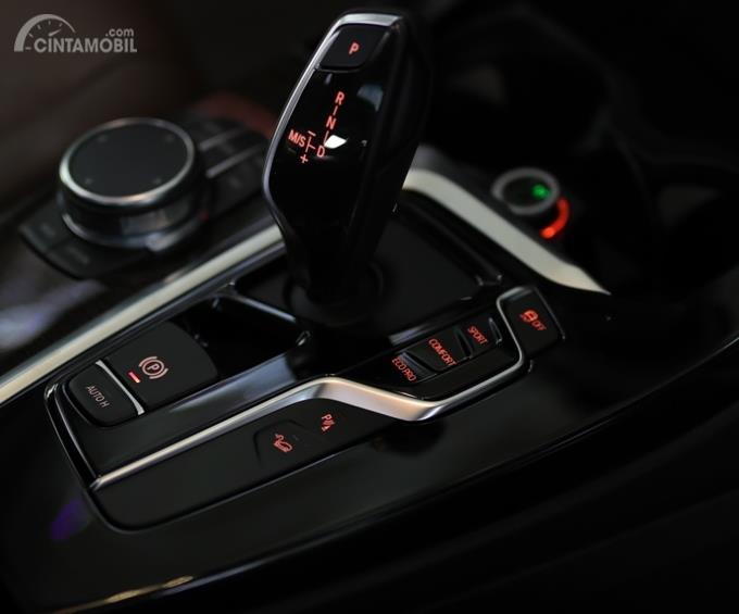 BMW X3 xDrive20i Luxury 2018 menempatkan tombol fitur berkendara di dekat tuas transmisi