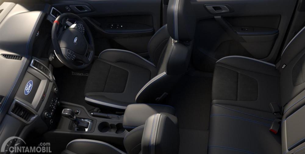 Kursi Ford Ranger Raptor 2019 tampil cukup nyaman dengan bahan kulit yang dihias apik dengan jahitan biru