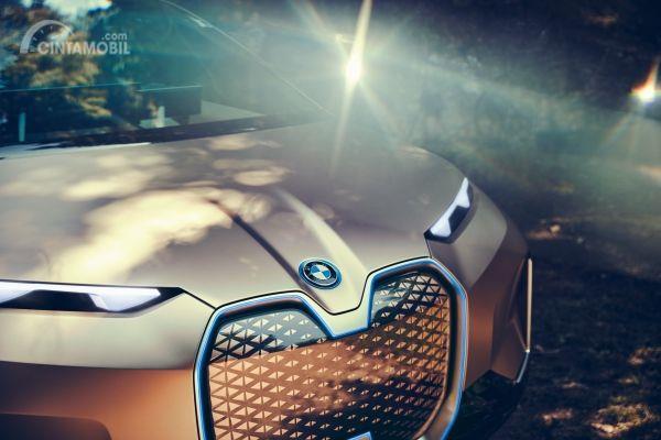 Fitur keselamatan BMW iNext 2019 menggunakan teknologi BMW Vision iNext yang mampu menghadirkan sensasi praktis dan futuristik