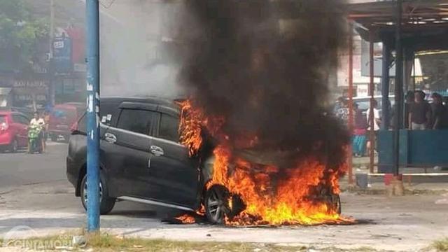 Gambar yang menunjukan sebuah mobil Mitsubishi Xpander terbakar di Pekanbaru