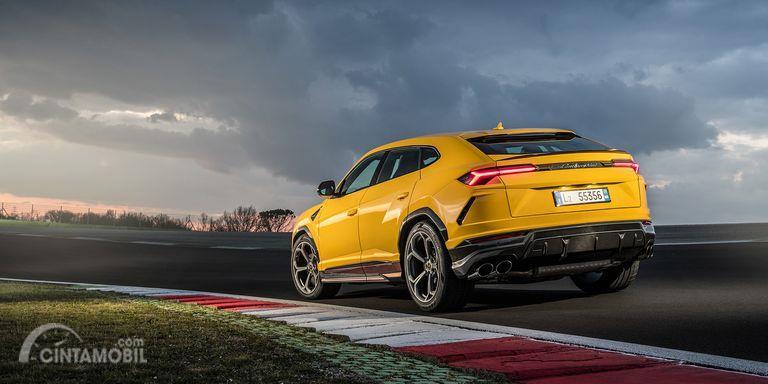 Gambar yang menunjukan bagian belakang Lamborghini Urus 2019