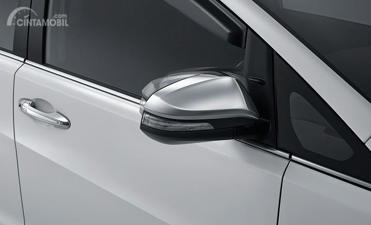 Eksterior samping Toyota Kijang Innova Q 2018 menyuguhkan sensasi praktis lewat kaca spionnya