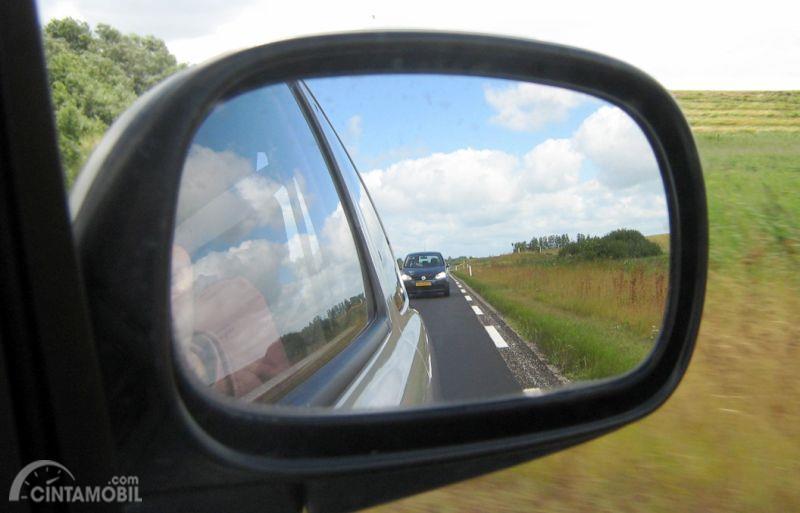 Gambar mobil terlihat di kaca spion