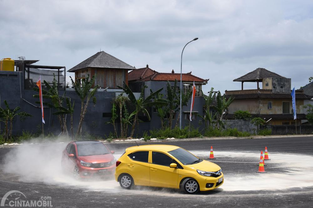 Tampak All New Honda Brio Satya vs All New Honda Brio RS di lintasan slalom