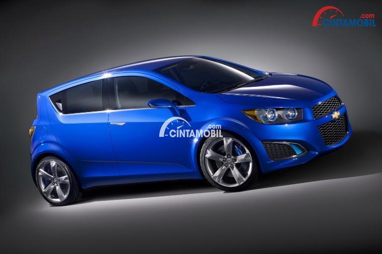 mobil Chevrolet Aveo berwarna biru dengan populasi tidak sebanyak merek Jepang