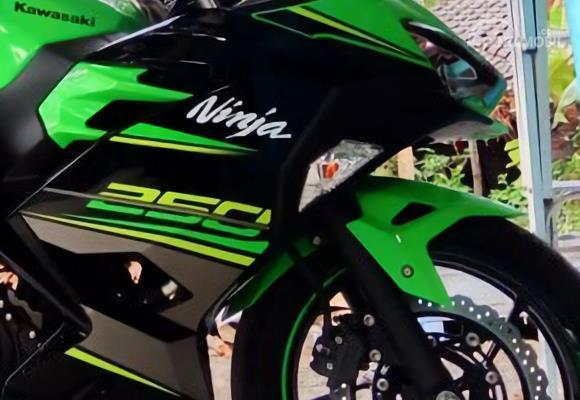 Menabung Dua Tahun, Penjual Keripik Di Mojokerjo Beli Kawasaki Ninja 250 Dengan Uang Receh