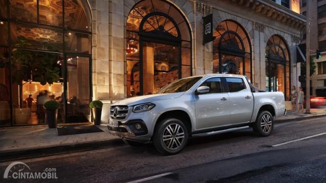 Gambar yang menunjukan Mercedes-Benz X-Class di perkotaan