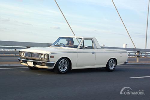 Toyota Crown Pick-Up digantikan oleh Hilux dan berubah ke kategori sedan sejak tahun 1968
