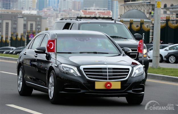 Gambar yang menunjukan Mercedes S600 Presiden Erdogan