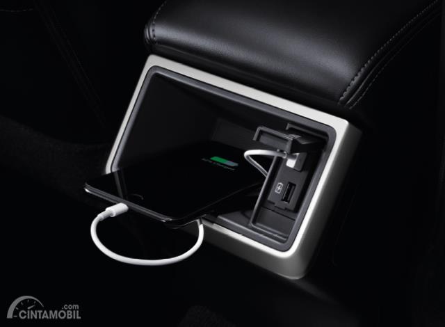 Fitur hiburan Mitsubishi Triton 2019 juga menghadirkan dua buah Socket USB
